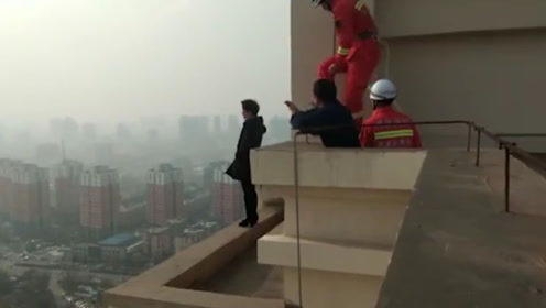 女子站32楼外沿欲轻生 消防寒风中兵分两路救人
