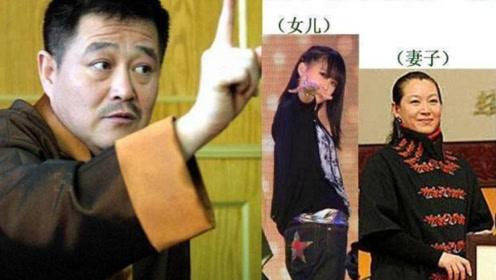 赵本山娇妻罕见露相,53岁堪比少女,座驾车牌更是无人能及!