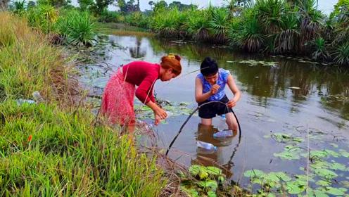 为什么农村女孩会设计陷阱捕鱼?看完她们的捕鱼方法你就知道了