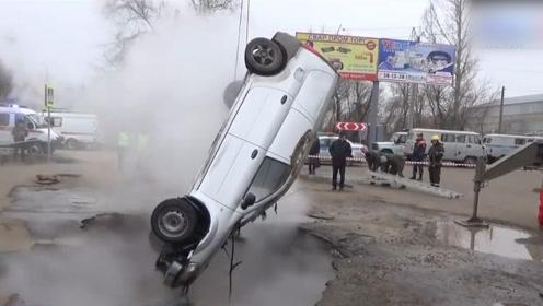 可怕!俄罗斯两男子驾车途中 掉入热水坑被活活烫死
