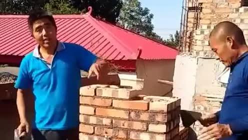 新来的两位瓦工师傅,这砌墙技术,能让他们留下吗?