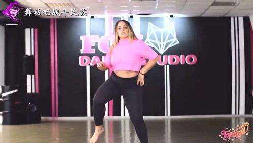"""第一次看到这么灵活的胖妞跳街舞,网友:""""坦克级""""的身材"""