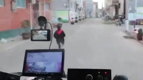 """消防员出警途中遇见""""最美少年"""" 一路狂奔为消防车带路"""
