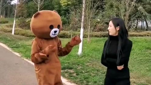 网红熊太胆大了,还想在外面强撩小姐姐,这下被人收拾了吧