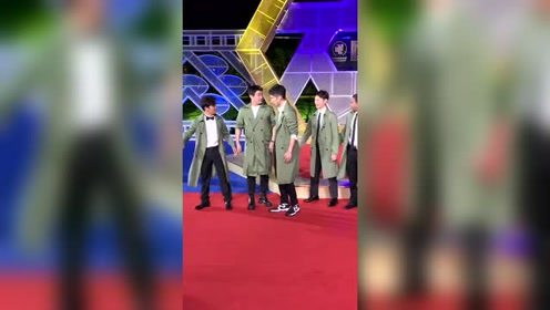 陈思诚王宝强刘昊然亮相金鸡红毯,这是绿色风衣军团LOOK吗?