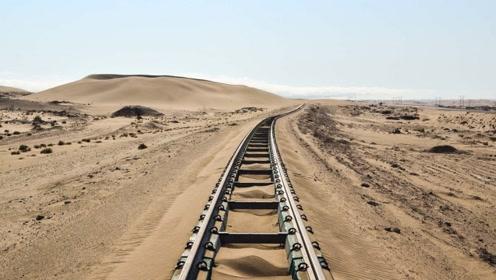 沙漠中的铁轨遇到沙尘暴被掩盖怎么办?老外这种机械真的太好用了!