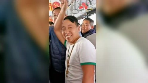 两男子从海南坐飞机到长春,上摆渡车后一车人全笑喷了