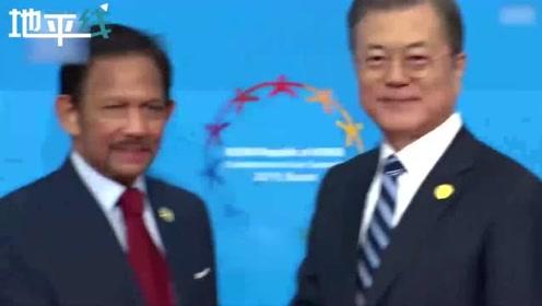 东盟特别峰会文在寅迎接各国首脑 为老挝总理现场整理衣领