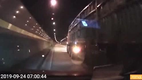 隧道内高速各种超车,大货车给他上了一课!