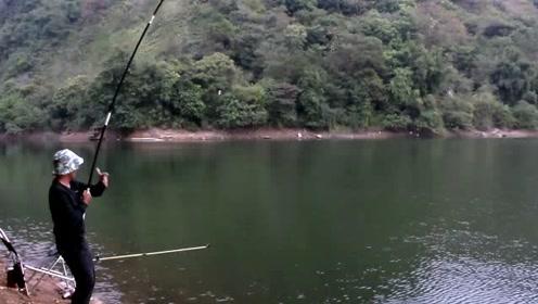 钓大鱼,不是鱼死就是竿断,我是不放竿的哈