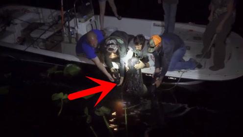 男子夜钓上来个超级大货,水中使劲翻滚,出水后众人吓坏了!