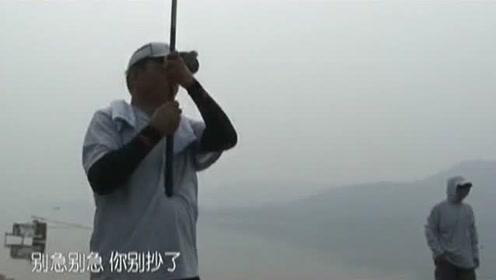 8斤以下的鱼老钓友都不用抄网,直接拉到浅滩然后摘钩