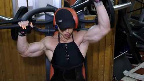 女子迷恋上健美肌肉,排骨精练成金刚芭比,臂围高达43厘米!