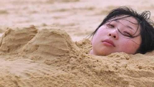 为啥到海边游玩?绝对不能把身子埋进沙子里?看完后背一凉