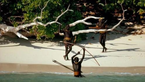 原始部落隐居小岛6万年,至今不让任何人靠近,直升飞机都被打跑