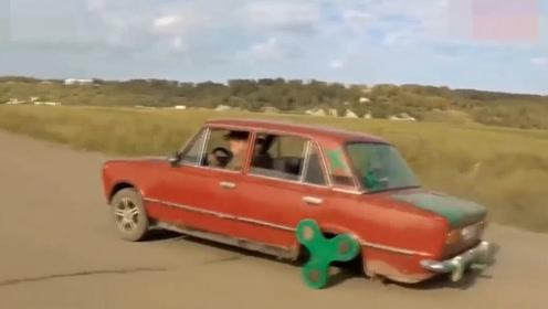 俄罗斯大叔用指尖陀螺做轮胎,启动后,网友:大哥你的屁股还好吗?
