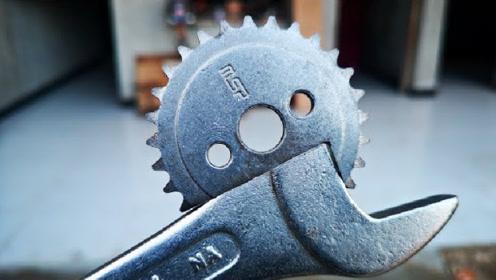 用坏的扳手别扔掉,在上面装一个齿轮,就成了全新的工具