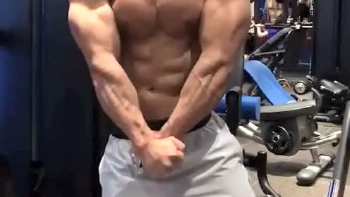 肌肉男:小哥哥的肌肉真是炸裂啊!来!和我回家耕地去!