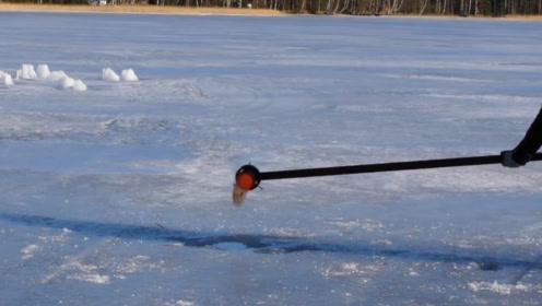 冰火两重天?老外将800度盐水倒进结冰湖面,结果尴尬!