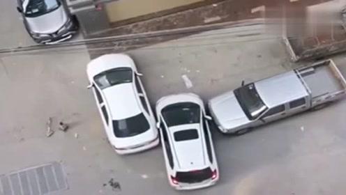 监控:这个倒车出库厉害了,驾车几年才做得出来