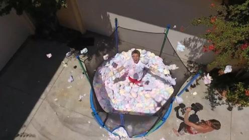 老外在蹦床中装满棉花糖,并从二楼往里面跳,还真是会玩啊