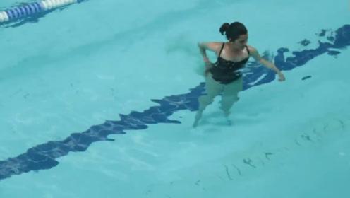 """美女假装游泳来""""事"""",染红一片池水,吓坏了周围的男生们!"""