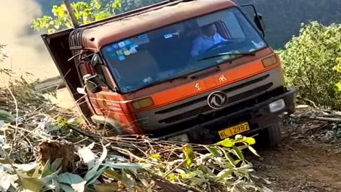 农村老司机就是狠,这种山路也敢开大货车上来,看着都为他担心!