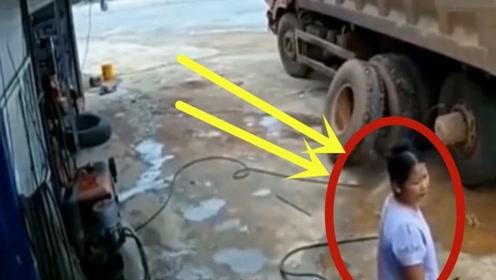 女老板正在给大货车充气,3秒后与死神擦肩而过,监控拍下全过程!