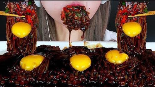普通的金针菇被小姐姐涮了涮,不料加上生鸡蛋以后,竟吃到疯狂!