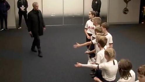 穆里尼奥和球童打招呼