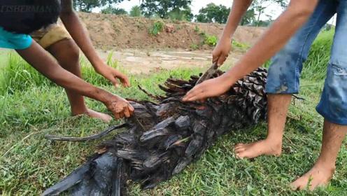 小孩在河中捞上来一个烂树根,用刀割开,没想到里面满满的惊喜
