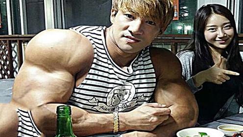 这个亚洲男的身材太好了!肌肉这么猛,原来都靠这样吃!