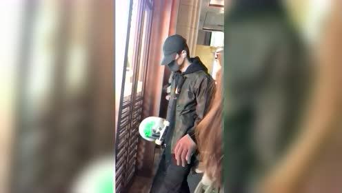 王一博穿新衣赶往长沙,还是那个滑板少年