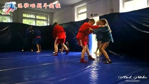 """俄罗斯少年""""桑搏""""训练, 胖男孩被瘦小的女孩骑在身上""""锁喉"""""""