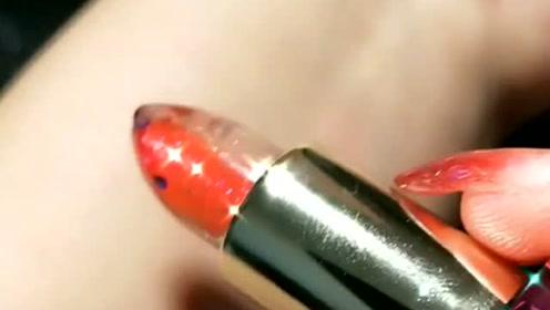 透明口红bulingbuling的特别闪,看着就很高级