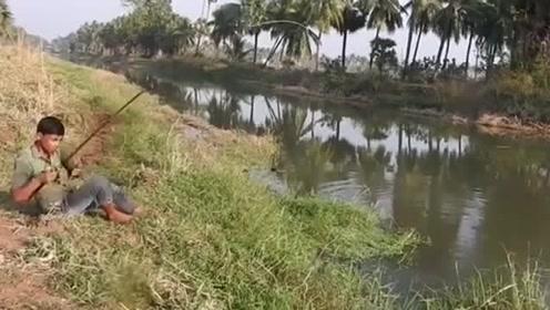 印度三哥钓鱼有一手,用香蕉做饵能钓上鱼吗?刚下钩就开始连杆了
