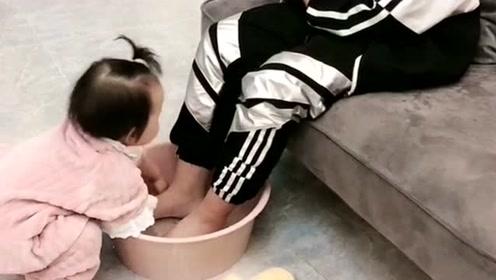 小男孩曾经是大哥,后来爸爸一来就变了,给妹妹洗脚不吃亏!