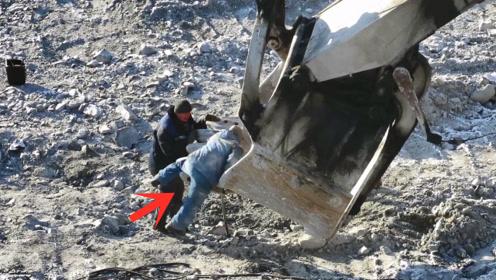 维修巨型挖掘机铲斗,人站边上显得很渺小,真是超级巨无霸