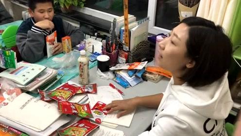英语老师用零食奖励优秀学生,遇到这样的老师我也能考大学