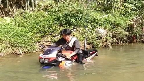 小伙子这摩托车厉害了,都可以在水里当潜艇开了,佩服!