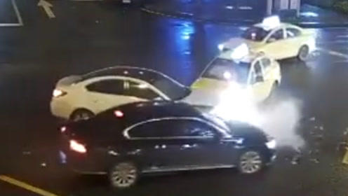 男子酒后驾驶酿事故 闯红灯通行致三车相撞