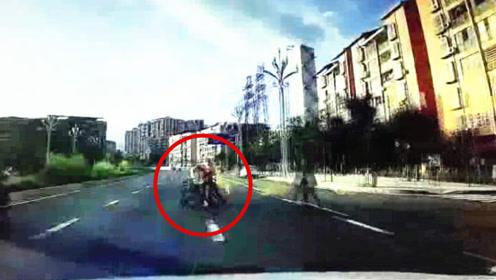 现场:两小孩在大人带领下横穿马路不走斑马线被撞 1名小孩死亡