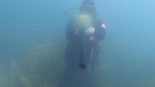 """海军蛙人水中排雷,与水雷""""亲密接触""""游走死亡边缘,看着让人不敢呼吸"""