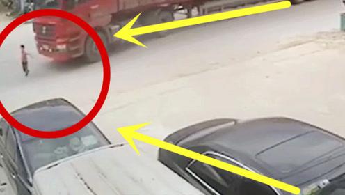 瘆人!熊孩子突然冲上马路,货车司机拼命刹车打方向,结局惨不忍睹!