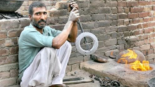 印度制作机械齿轮,地点是在大街上?网友:这样的成品精确度准吗
