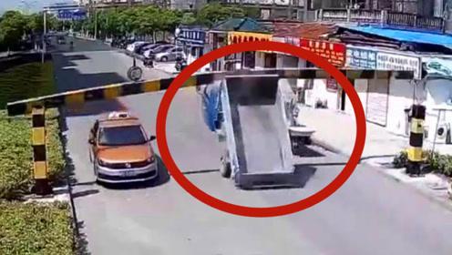 无妄之灾!货车司机一个小小失误,后果却全让环卫工人承担!