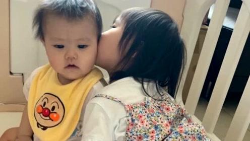 福原爱老公分享一对儿女近照 小小爱亲吻弟弟很有爱