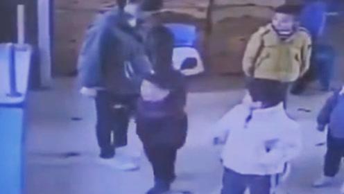 保育员用脚连踢两幼儿下体 背后原因令人气愤