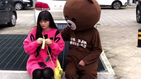 网红熊又开始皮痒了,在广场上捉弄小姐姐,你就不怕挨打吗