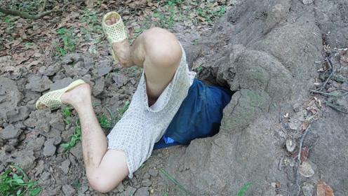 泥洞内频频传出异响,男子直接一头钻了进去,这下赚大了!